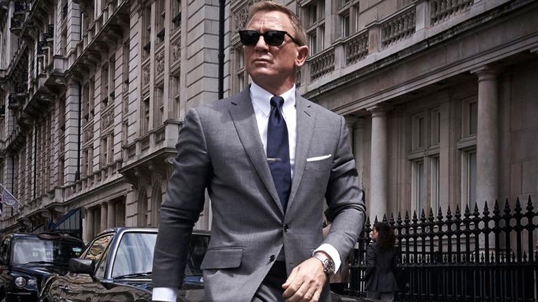 Daniel Craig wears suit